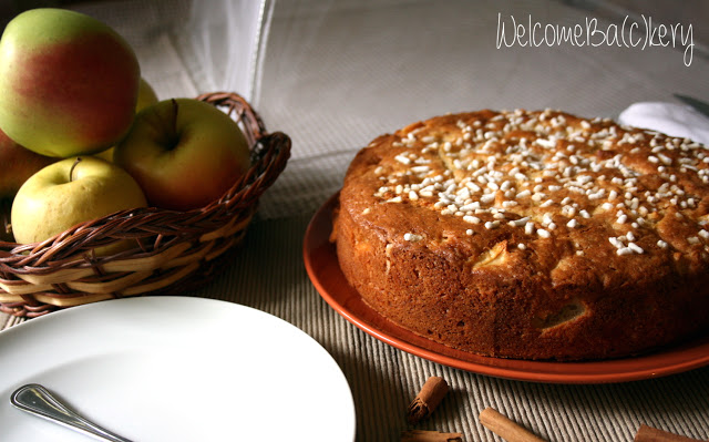 Yogurt and apples cake