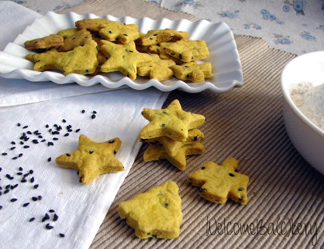 Crackers con curcuma e sesamo nero