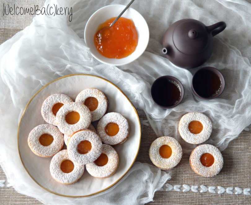 Shortcrust pastry biscuits, with apricot jam